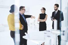 Gente en la solución creativa del trabajo usando los dispositivos y wifi digitales Imagen de archivo