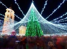 Gente en la tarde del mercado de la Navidad de Vilna y del árbol de Navidad Foto de archivo libre de regalías