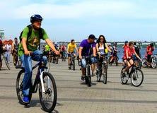 Gente en las bicicletas que montan en la calle de la ciudad Foto de archivo libre de regalías