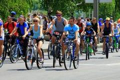 Gente en las bicis que montan en una calle de la ciudad Fotografía de archivo libre de regalías