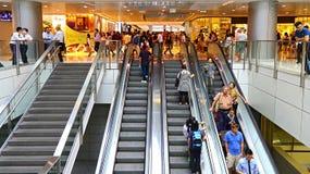 Gente en las escaleras móviles Foto de archivo