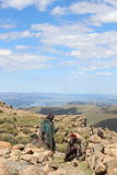 Gente en Lesotho, África meridional, hombres africanos en vestido tradicional Imagenes de archivo