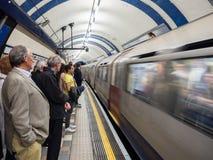Gente en Londres subterráneo imagen de archivo
