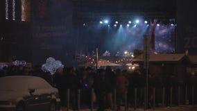 Gente en los acontecimientos totales dedicados a la celebración del Año Nuevo y de la Navidad almacen de metraje de vídeo