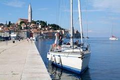 Gente en los barcos delante de Rovinj en Croacia Imagen de archivo
