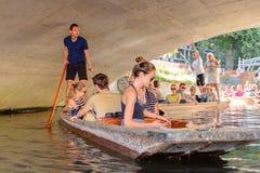Gente en los canales de Cambridge, Inglaterra, Reino Unido Imagen de archivo libre de regalías