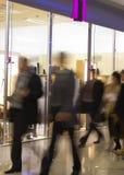 Gente en los juegos que van para el trabajo en oficina Foto de archivo libre de regalías