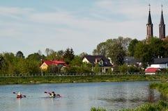Gente en los kajaks que fluyen en el río Imágenes de archivo libres de regalías