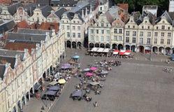 Gente en los restaurantes en la plaza en el Arras, Francia Foto de archivo libre de regalías