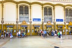 Gente en los terminales de reservación dentro de la estación del tren del oeste de Budapest Fotos de archivo
