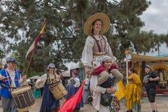 Gente en los trajes medievales que juegan y que cantan Fotografía de archivo libre de regalías