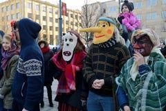 Gente en máscaras tradicionales Fotos de archivo libres de regalías
