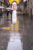 Gente en Madrid durante un día lluvioso Foto de archivo libre de regalías