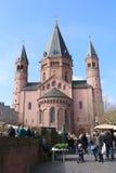 Gente en Market Place y Mainzer Dom Cathedral en Maguncia, Alemania Foto de archivo libre de regalías