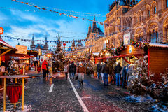 Gente en mercado de la Navidad en la Plaza Roja, adornada Fotografía de archivo
