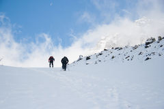 Gente en montaña de la nieve Imagen de archivo libre de regalías
