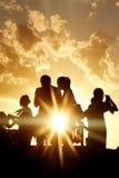 Gente en montaña en puesta del sol Imágenes de archivo libres de regalías