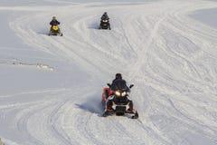 Gente en motos de nieve en Longyearbyen, Spitsbergen (Svalbard) Imagen de archivo