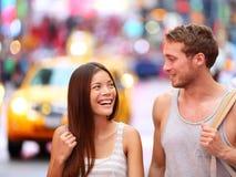 Gente en Nueva York - par feliz en Times Square Foto de archivo libre de regalías