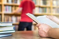 Gente en público o biblioteca escolar en universidad o universidad imagen de archivo libre de regalías