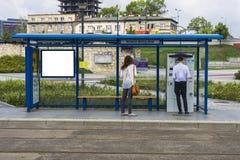 Gente en parada de autobús Imagen de archivo