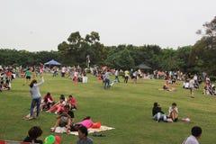 Gente en parque de la reconstrucción en los fines de semana Imágenes de archivo libres de regalías