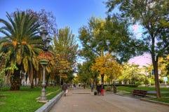 Gente en parque del otoño en Madrid Foto de archivo