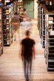 Gente en pasillo de la biblioteca Imagen de archivo