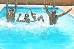 Gente en piscina Imagenes de archivo