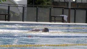 Gente en piscina almacen de metraje de vídeo
