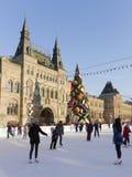 Gente en pista de patinaje en Plaza Roja Imágenes de archivo libres de regalías