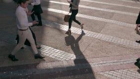 Gente en prisa usando los teléfonos móviles mientras que conmuta a la oficina