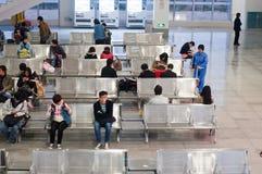 Gente en sala de espera en la estación Fotos de archivo libres de regalías
