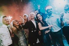 Gente en Santa Claus Cap Celebrating New Year fotos de archivo