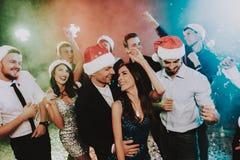 Gente en Santa Claus Cap Celebrating New Year fotografía de archivo libre de regalías
