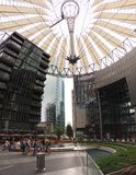 Gente en Sony Center en Berlín fotos de archivo