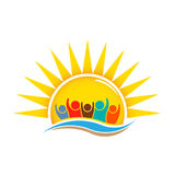 Gente en Sunny Summer Logo Design ilustración del vector