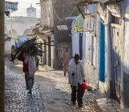 Gente en sus actividades rutinarias de la mañana que casi sin cambiar en más de cuatrocientos años Harar etiopía Imagenes de archivo