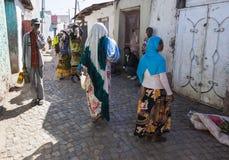 Gente en sus actividades rutinarias diarias que casi sin cambiar en más de cuatrocientos años Harar etiopía Foto de archivo