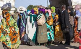 Gente en sus actividades rutinarias diarias que casi sin cambiar en más de cuatrocientos años Harar etiopía Imagen de archivo