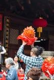 Gente en templo Fotos de archivo libres de regalías