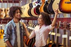 Gente en tienda musical Fotografía de archivo