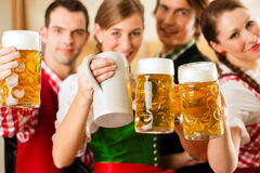 Gente en Tracht bávaro en restaurante Fotografía de archivo libre de regalías
