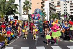 Gente en trajes que celebra carnaval Foto de archivo