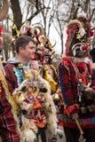 Gente en trajes tradicionales del carnaval en el kukerlandia Yambol, Bulgaria del festival de Kukeri Participantes del Moldavia Imágenes de archivo libres de regalías