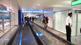Gente en travelator en el aeropuerto internacional de Dubai metrajes