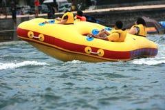 Gente en un barco de plátano en el benoa del tanjung Imágenes de archivo libres de regalías