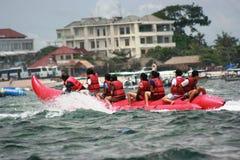 Gente en un barco de plátano en el benoa del tanjung Imagen de archivo libre de regalías