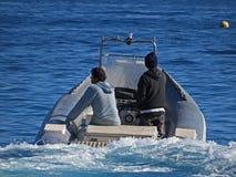 Gente en un barco del bote Dos hombres en el mar Imagen de archivo