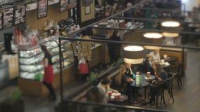 Gente en un café almacen de metraje de vídeo